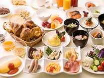 厳選フレッシュ野菜から博多名物まで約60種類の朝食ブッフェ!