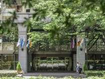 玄関前の銀杏並木がホテルの外観を演出。