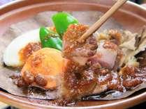 猪肉の朴葉焼きです。新鮮な猪肉を使用する為、臭みは無く、旨味がギュッと詰まった一品となっております。
