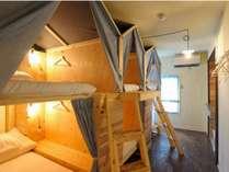 山小屋のような屋根がついた可愛らしい二段ベッドのお部屋。