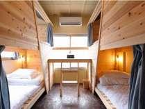 木のぬくもりが優しい、形がユニークな二段ベッドのお部屋です。