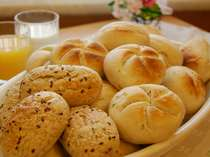 朝食バイキングではヨーロッパ直輸入での4種類のパンを日替わりにてお召し上がり頂けます。