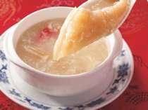 【重慶飯店新館】メニューの一例「蟹肉とフカヒレのスープ」