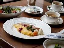 【朝食・イメージ】シェフが目の前で焼き上げるオムレツも人気のバイキング