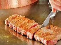 【鉄板焼レストラン 濱】厳選された旬の食材の数々を、シェフがお客様の目の前で調理・サービス