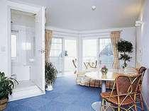 デラックスダブル。食事はお部屋出し。テラス付でお部屋からもバスルームからも海が!
