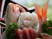 新鮮な魚はプリプリ♪(前日17時までにご予約いただければ、大きい舟盛りもご用意できます)