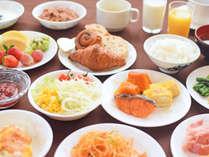 【朝食ビュッフェの一例】カラダにやさしい食材が並び、バランス良くお召し上がりいただけます。