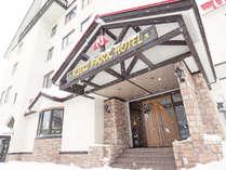 【ホテル外観】ベースタウンの中心部に位置し、長期滞在に必要な高い利便性が備わっています。