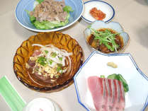 (ご夕食例)地元の魚を使ったお食事は、真心を込めてお作りしております。