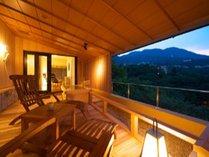 スイートルーム「楓」の掛け流しの露天風呂からは、山々が一望の絶景