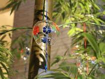 【季節のロビー装飾でお出迎え】(7~8月)風鈴で涼をお届け