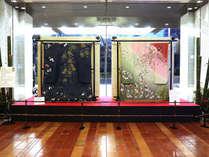 【季節のロビー装飾でお出迎え】(1月)日本刺繍で新年を彩ります
