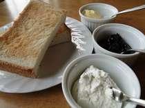 朝食では、ジャムやマーガリンと一緒に山羊のカッテージチーズもどうぞ。