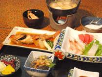 *田中屋のスタンダードなご夕食。(一例)新鮮な魚介を中心としたメニューです。