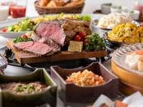 道産牛のローストビーフ、勝手丼など北海道の美味しい朝食をお楽しみください。