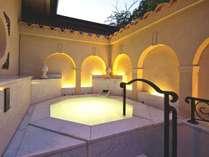 【貸切風呂】「伍の湯」は西洋の佇まいを感じさせる白亜のシルキー風呂。女性・カップルに人気です。
