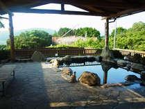四万十川を遠望する「石」の湯殿 / 自然を肌で感じながら、しっとりぬめりのある新安並温泉を満喫下さい。