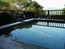 木洩れ日の「木」の湯殿 / 檜の香りに包まれながら森林浴と温泉浴、どちらも愉しめる露天風呂でございます