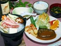 *[夕食一例]メイン料理はハンバーグやエビフライを日替わりでご提供します。