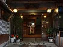 【玄関】石畳、瓦屋根、なまこ壁……昔ながらの憩いが漂う佇まい