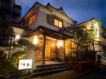 【外観】 閑静な環境に建つ全8室のこじんまりとした和風旅館です。