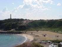 爪木崎灯台と海岸