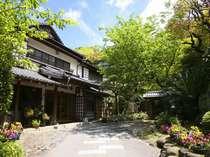 旅館玄関入口 日本の伝統、数寄屋造りの純和風旅館