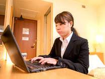 全客室Wi-Fiと有線LAN対応。デスクワークや動画鑑賞など、旅先でも時間を有効活用♪