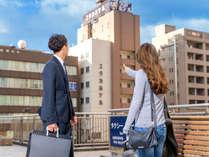「ホテルってどこだっけ?」「すぐそこのユタカホテルよ」「めっちゃ近いね!」