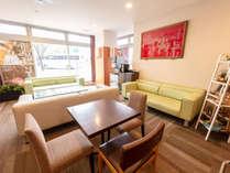 ロビーには快適なソファも設置しており、お客様に優雅なお時間をお過ごしいただけます。