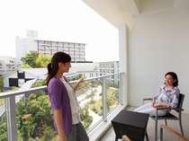 【新館:ガーデンコート棟】お部屋からお庭を望む