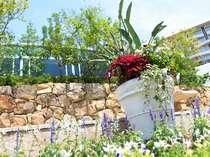 【四季のガーデン】四季折々の風景が望める庭園。お散歩したり、お部屋から眺めたり…