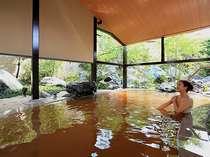 ■桧香の湯(華咲の湯内)/自家源泉のみを使用した茶褐色のお湯が人気の露天風呂