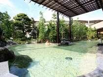 ■桧香の湯(華咲の湯内)/広々とした露天風呂では無色透明の温泉をお楽しみ頂けます