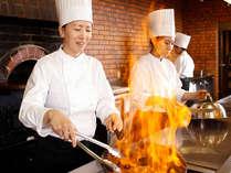 ■バイキング/デモキッチンでは、シェフが目の前で調理するあつあつ出来立て料理をご用意♪