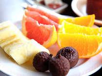■ご朝食/瑞々しいフルーツとパティシエ手作りのスイーツで爽やかな一日の始まり
