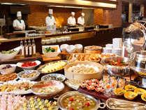 ■バイキング/地元の野菜をふんだんに使った「健菜美食バイキング」。ライブキッチンでの出来立ての料理を