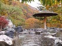 ★紅葉の露天風呂。紅葉は例年10月中旬~11月中旬まで。