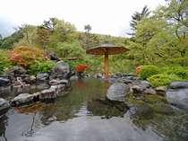 ★露天風呂「瑠璃の湯」。源泉かけ流しの露天風呂は地域最大級のスケール!