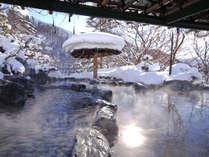 冬の露天風呂「瑠璃の湯」。こんな雪の日は雰囲気も最高♪