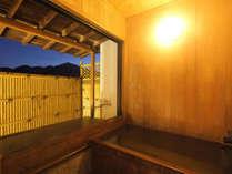 露天風呂付客室【蓬莱】の檜の露天風呂と赤谷湖の夕景