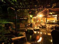 夜の露天風呂「密多の湯」はとても幻想的です。