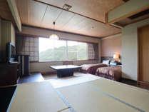【和洋室】赤谷湖を望むツインベッドと6畳小上りの機能的な和洋室。お連れ様とおしゃべりが盛上りそう。