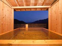 露天風呂付特別室「風花」の露天風呂は総檜!垣根の先にはブルーモーメントの空と漆黒の湖。
