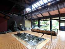 ■民話の湯■源泉掛け流しの大浴場は、高い天井で開放感抜群!