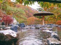 ■露天風呂 ■紅葉シーズンには美しく色づいた紅葉に包まれる