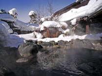 露天風呂 冬シーズンには白銀の世界に包まれながらの雪見露天風呂をお楽しみください。