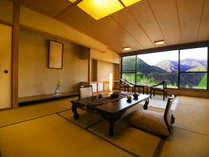 ■最上階和室10畳■大きな窓から見える谷川連峰はまるで絵画のような美しさ…四季折々の山の顔を愉しめる