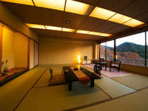 ■谷川連峰側 広め和室14畳■大きな窓は額縁から山の絵画を見ているよう